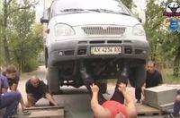Tidak hanya kuat dilindas, pria berusia 38 tahun ini juga kuat untuk mengangkat sebuah mobil. Foto: Youtube/UgisRozenbahs