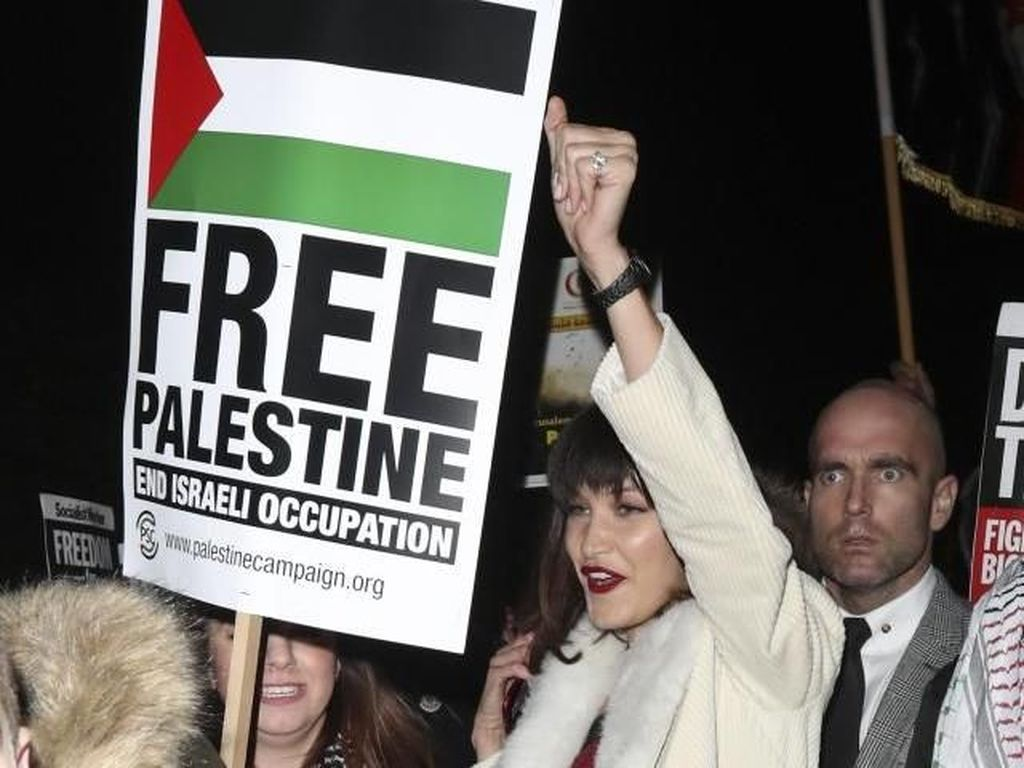Foto: Masih Bergaun Cantik, Bella Hadid Ikut Demo Bela Palestina