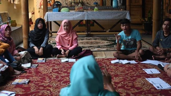 Berawal dari keinginan membantu masyarakat Borobudur, khususnya Desa Ngargogondo, agar mampu berkomunikasi dengan bahasa Inggris, Hani Sutrisno, bekas pedagang asongan Candi Borobudur, memberanikan diri untuk membuka kursus bahasa Inggris bagi masyarakat sekitar. (ANTARA FOTO/Sigid Kurniawan)