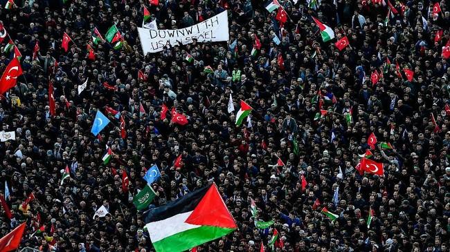 Ribuan demonstran pro-Palestina meneriakkan slogan anti-Amerika dan anti-Israel sambil mengibarkan bendera Turki dan Palestina dalam aksi demonstrasi di Istanbul, Turki pada 10 Desember 2017.Presiden Turki Recep Tayyip Erdogan menyebut Israel sebagai negara teroris. (AFP PHOTO / YASIN AKGUL)