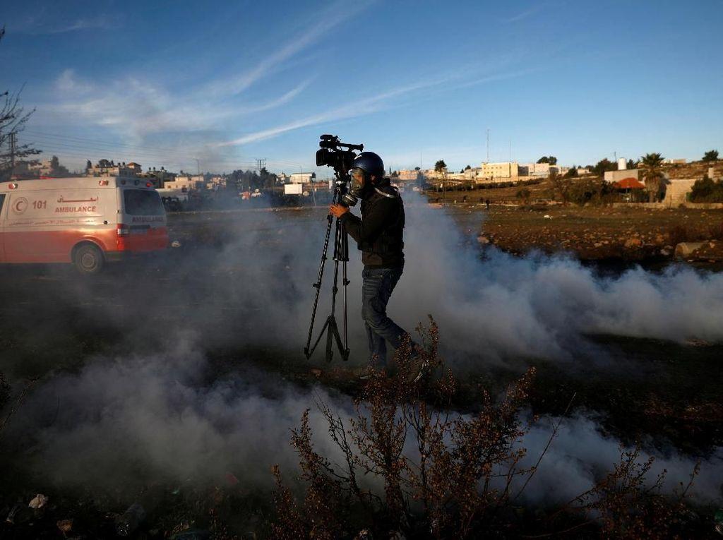 Jurnalis ikut terkena gas air mata. Mohamad Torokman/Reuters.
