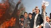 Di Jalalabad, Afghanistan, demonstran membakarsosok tiruan Presiden Amerika Serikat Donald Trump aksi bela Palestina, pada 10 Desember 2017. (AFP PHOTO/NOORULLAH SHIRZADA)