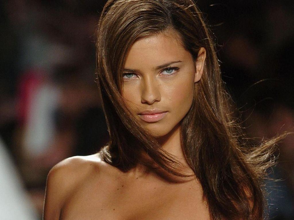 Transformasi Adriana Lima dari Model Seksi hingga Tolak Tampil Buka-bukaan