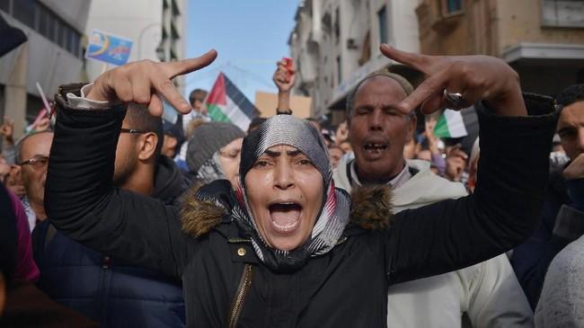 Aksi bela Palestina juga digelar warga Maroko yang meneriakkan slogan anti-Amerika di Ibu Kota Maroko, Rabat pada 10 Desember 2017. (REUTERS/Stringer)