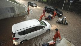 Jaga Jarak Aman Mengemudi Saat Hujan Deras