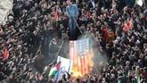Bendera Amerika Serikat dan Israel menjadi sasaran kemarahan demonstran pro-Palestina di Istanbul, Turki, 10 Desember 2017. (REUTERS/Osman Orsal)