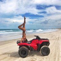 Lihat saja gerakan workoutnya, gerakan headstand lho. Kalian bisa? Foto: Instagram/@gabriellalenzi