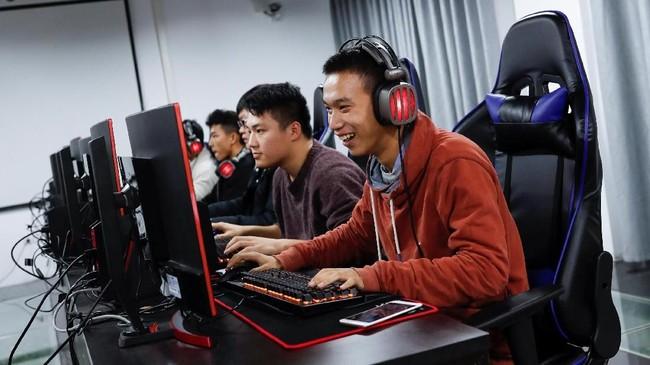Warga di Shanghai, China tengah dilanda 'demam' game e-sport yang didorong meningkatnya ketenaran pasar video game. (REUTERS/Tyrone Siu)