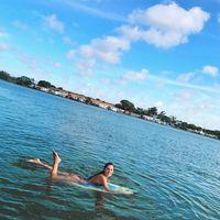Ia pun gemar melakukan olahraga di air, salah satu yang kerap ia lakukan adalah surfing (berselancar). Foto: Instagram/@gabriellalenzi