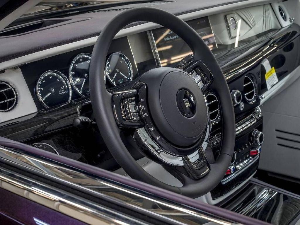 Banyak orang sudah bersiap-siap untuk mengambil gambar ketika mobil mewah tersebut mengaspal di jalanan. Namun siapa sangka, ternyata Rolls-Royce memilih untuk melelangnya di The Ritz-Carlton Golf Resort, Naples, Florida pada awal tahun ini.Foto: Pool (Motor1)