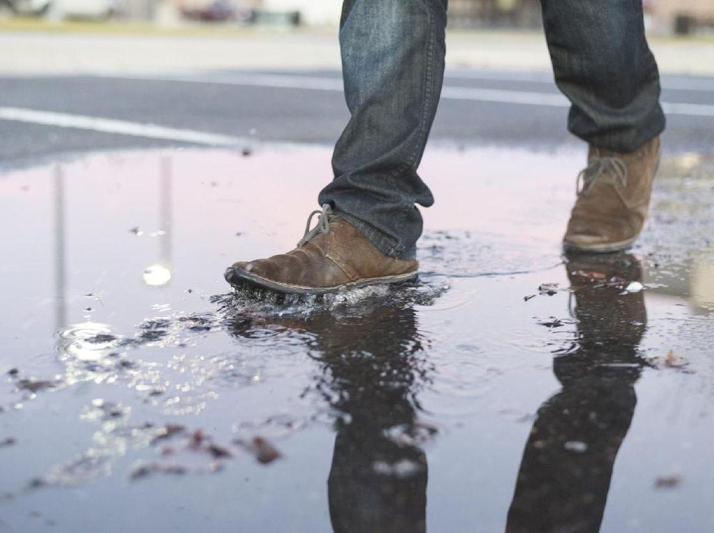 Musim Hujan Awas Sepatu Basah! Ini 7 Resikonya Jika Dibiarkan