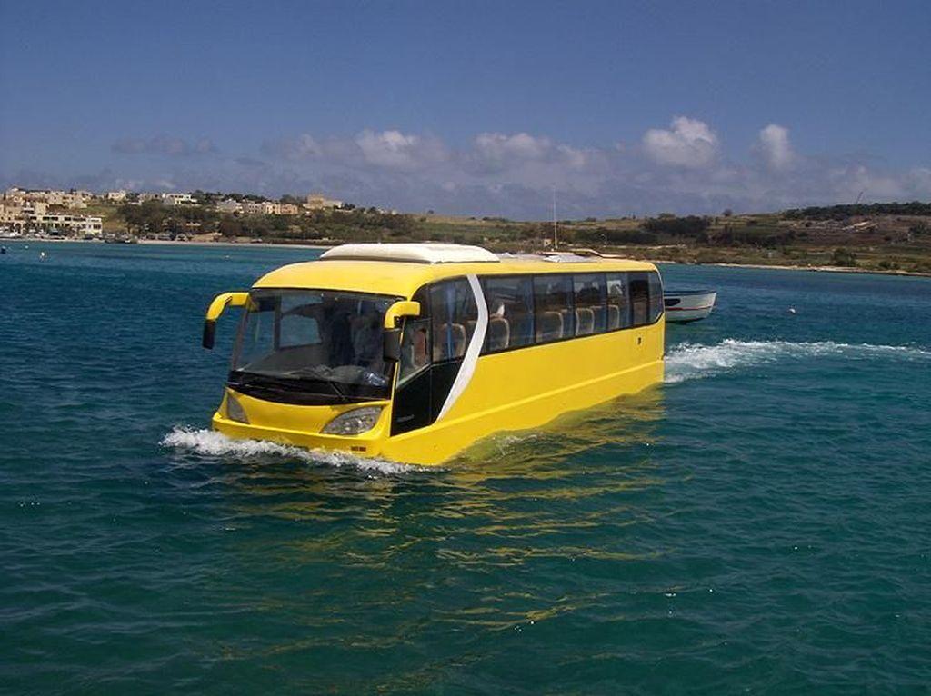 Bus Atau Perahu? Ini Transportasi Amphibi