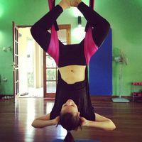 Tali bisa digunakan sebagai alat bantu untuk membuat tubuh bisa meregang lebih optimal seperti yang dilakukan Luna. (Foto: Instagram/lunamaya)