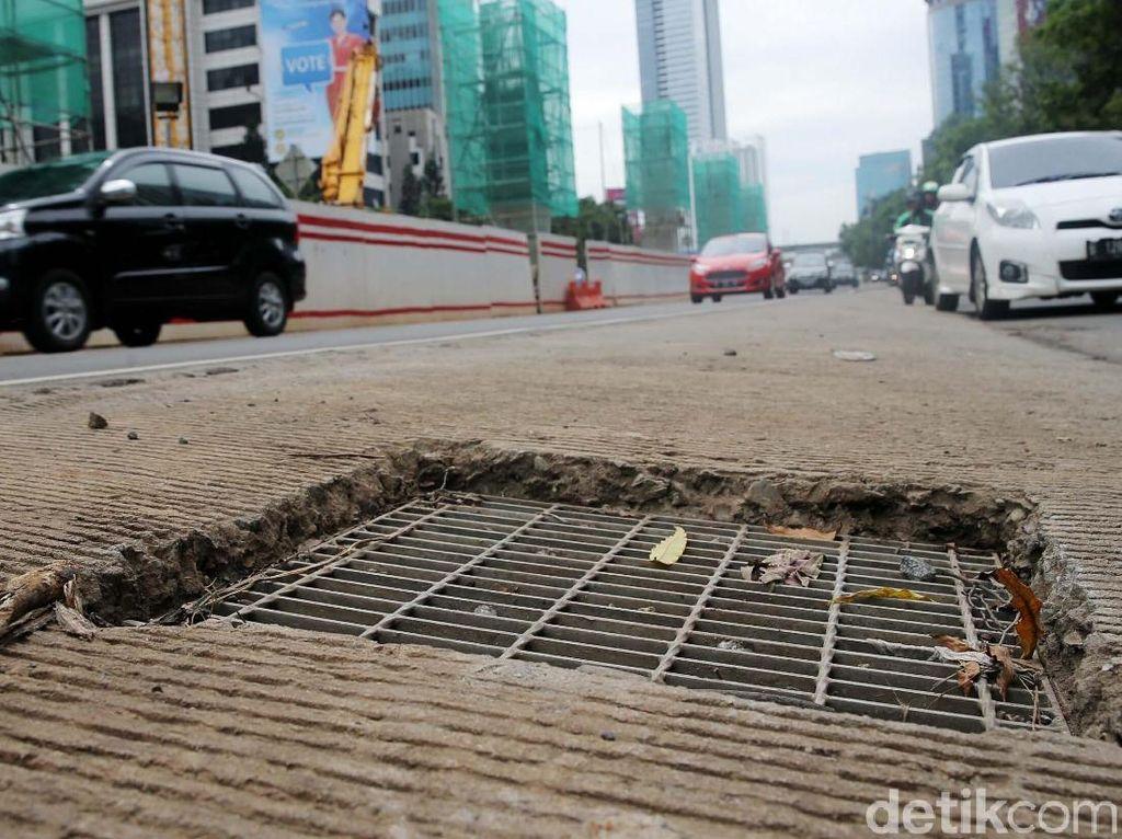Adhi Karya menyebut, membuat lubang masuk air (water inlet) langsung ke gorong-gorong di bawah jalan di sepanjang Jalan Rasuna Said Kuningan.