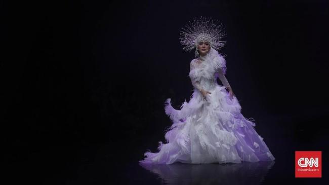 Desainer Rinaldy Yunardi juga menggandeng Syahrini untuk tampil di fashion shownya beberapa waktu lalu. (CNN Indonesia/ Hesti Rika)