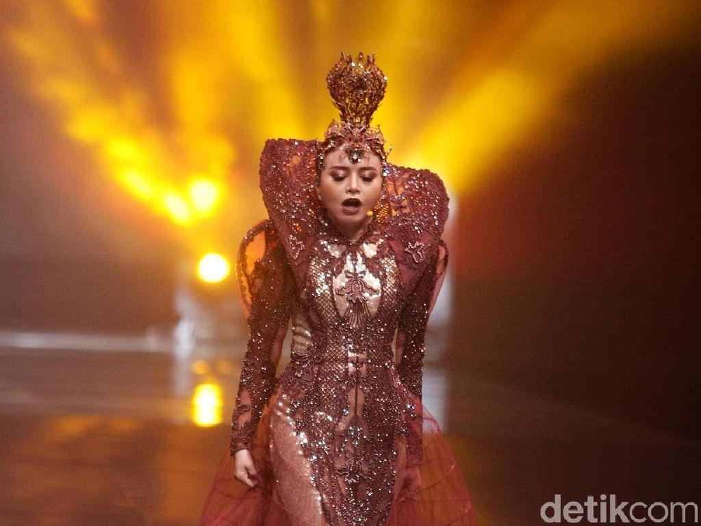 Foto: Megah, Gaya Rossa Jadi Dewi Tanah di Fashion Show Rinaldy A Yunardi