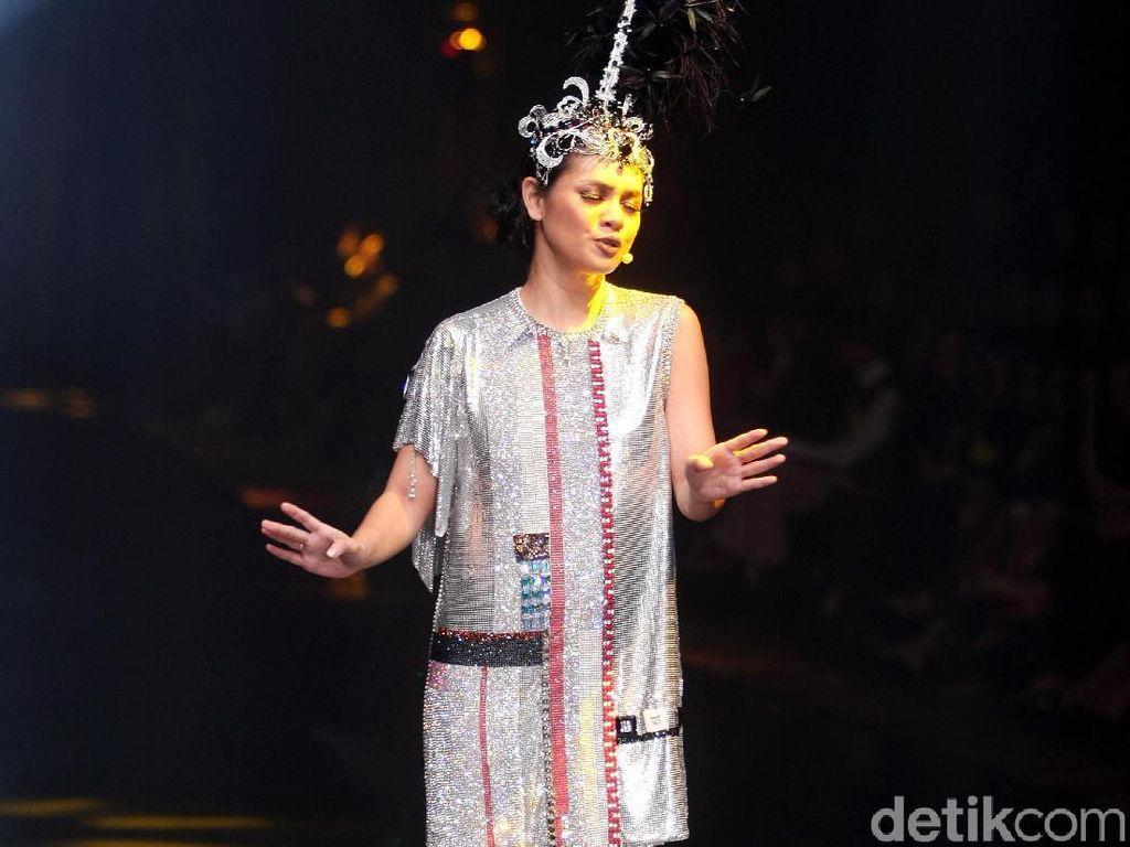 Foto: Adu Gaya 6 Diva Indonesia di Fashion Show Rinaldy A. Yunardi