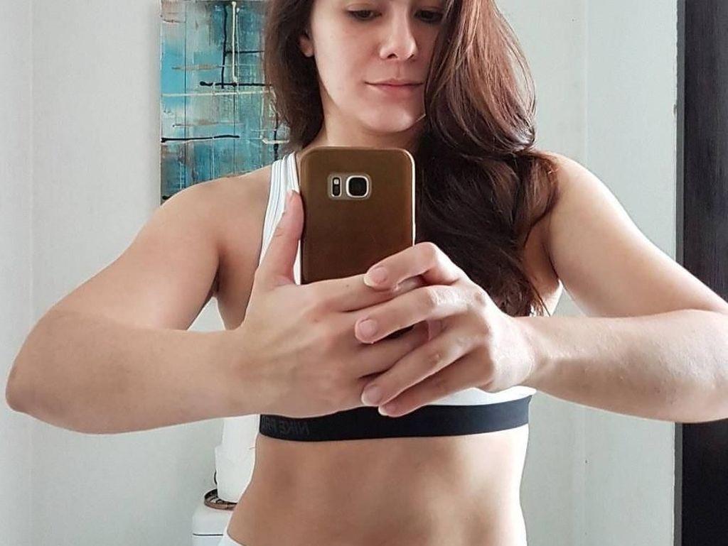Potret Otot Kencang Wulan Guritno yang Olahraga Bela Diri