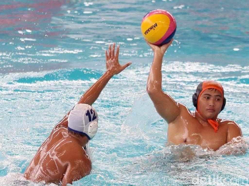 Pemain tim polo air putra DKI Jakarta berhasil menjuarai cabang Polo Air Putra dengan skor 12-7.