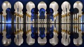Pengunjung melangkah di halaman Masjid Raya Sheikh Zayed di ibu kota Uni Emirat Arab, Abu Dhabi. (AFP/GIUSEPPE CACACE)