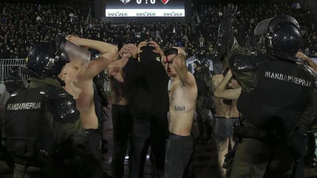 Total ada 17 suporter yang mengalami luka-luka cukup serius akibat kerusuhan di pertandingan Derby Beograd antara Partizan melawan Red Star. (AFP PHOTO / PEDJA MILOSAVLJEVIC)