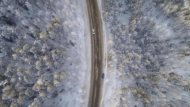 Foto udara menunjukkan jalan di tepian sungai Yenisei, di luar kota Krasnoyarsk, Rusia. Suhu udara saat itu mencapai minus 17 derajat Celcius. (REUTERS/Ilya Naymushin)