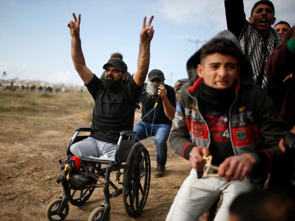 Peristiwa yang terjadi setelah itu tidak terlalu jelas. Demonstran Palestina yang berkumpul di sepanjang perbatasan terus melemparkan batu ke arah tentara Israel hingga berujung bentrokan selama beberapa jam. Beberapa saat kemudian, laporan menyebut dua demonstran tewas, yang salah satunya diidentifikasi sebagai Thurayeh. Foto: REUTERS/Mohammed Salem
