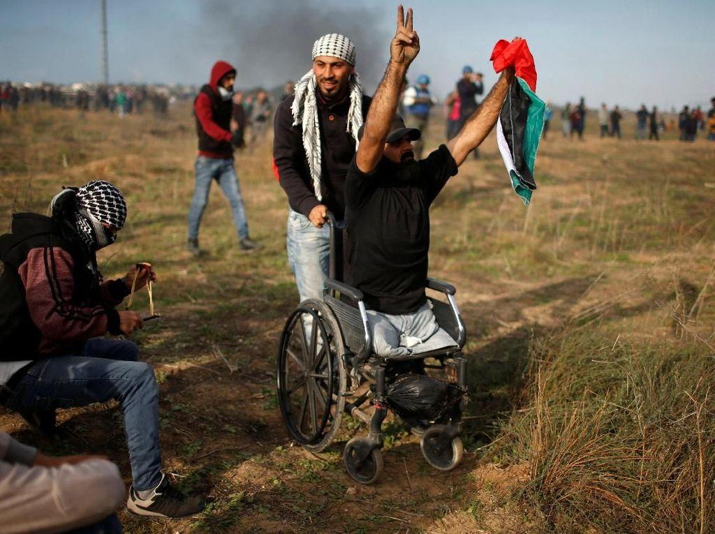 Thurayeh ikut hadir dalam unjuk rasa di perbatasan Gaza pada Jumat (15/12) waktu setempat, memprotes keputusan Amerika Serikat mengakui Yerusalem sebagai ibu kota Israel. Foto: REUTERS/Mohammed Salem