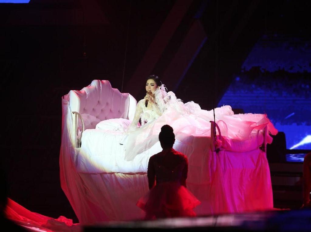 Foto: Adu Gaya Syahrini Sampai BCL di Panggung HUT Trans Media
