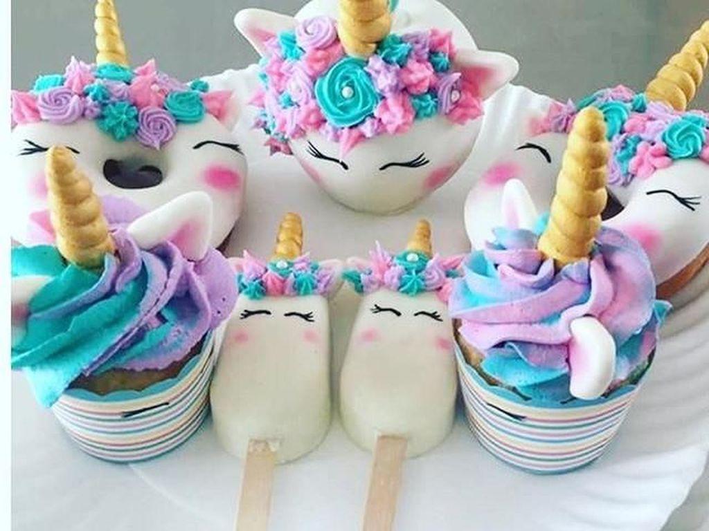 Unicorn Menggemaskan Ini Bikin Kue-kue Jadi Makin Cantik