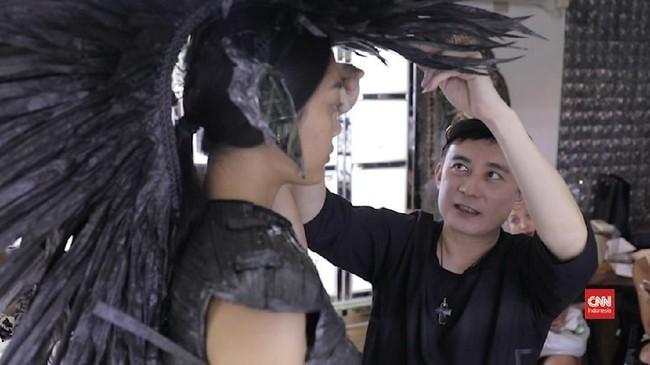 VIDEO: Perjalanan Rinaldy Yunardi Jadi Desainer Aksesori