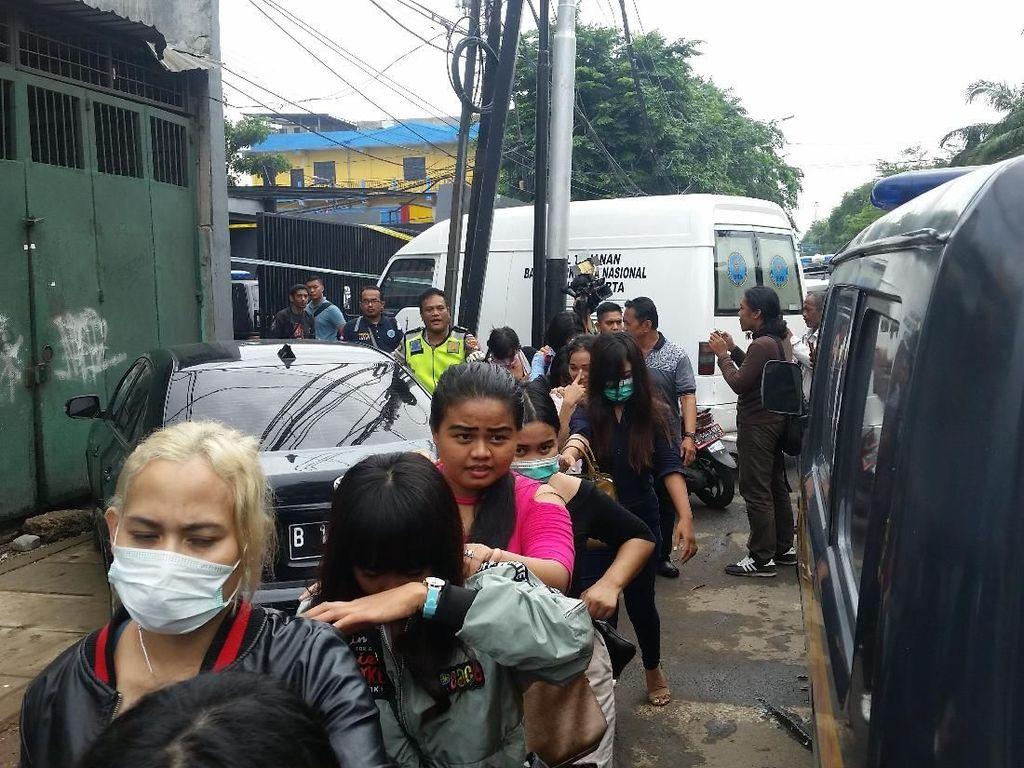 Pukul 13.00 WIB, petugas mengabarkan bahwa semua pengunjung yang positif narkoba akan dibawa ke kantor BNNP DKI Jakarta untuk diperiksa. Dibawa menggunakan metro mini.