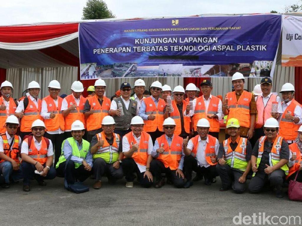 Foto bersama Balitbang Kementerian PUPR saat uji coba campuran beraspal yang menggunakan limbah plastik atau dikenal aspal plastik di Tol Tangerang Merak.