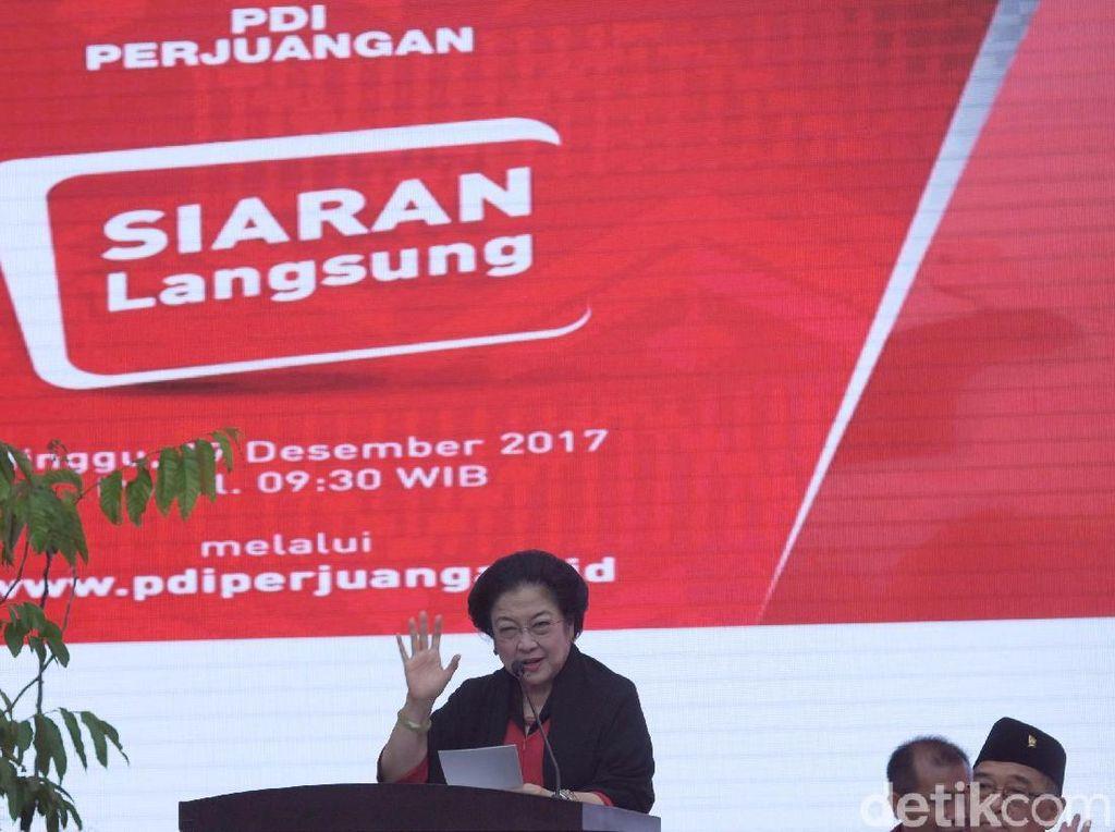 PDI Perjuangan resmi mengusung empat pasang bakal calon gubernur dan wakil gubernur untuk Provinsi Riau, Nusa Tenggara Timur (NTT), Maluku, dan Sulawesi Tenggara (Sultra) di kantor DPP PDIP, Jakarta, Minggu (17/12). Hadir dalam deklarasi tersebut, Ketua Umum PDIP Megawati Soekarnoputri, bakal cagub-cawagub Riau Arsyadjuliandi - Suyatno, pasangan bakal bakal cagub-cawagub Sulawesi Tenggara Asrun - Hugua, pasangan bakal bakal cagub-cawagub Maluku Murad Ismail-Barnabas Orno dan pasangan bakal bakal cagub-cawagub NTT Marianus Sae - Emilia Nomleni.