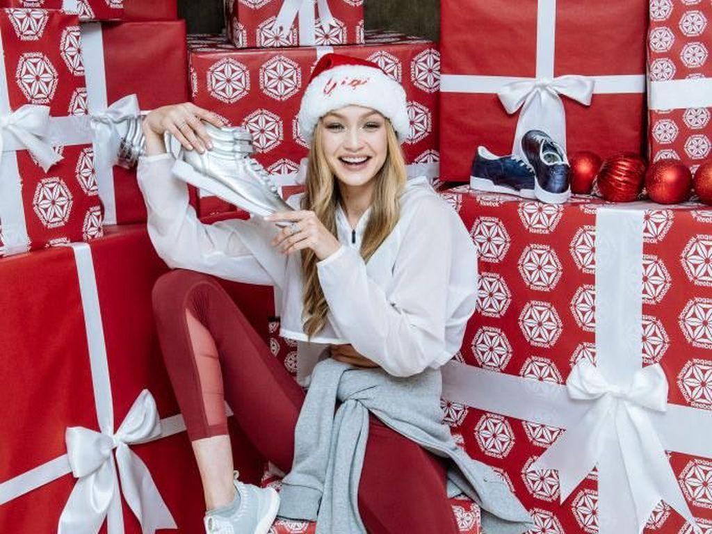 Foto: Jadi Santa Clause Seksi, Gigi Hadid Pamer Perut Rata