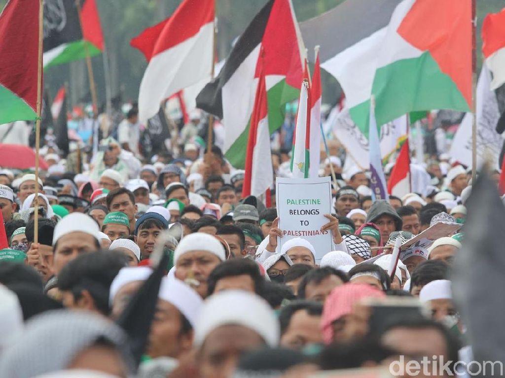 Para peserta aksi berdoa dalam aksi bela Palestina di kompleks Monumen Nasional (Monas) Minggu (17/12/2017). Mereka berdoa untuk kedaulatan Palestina.