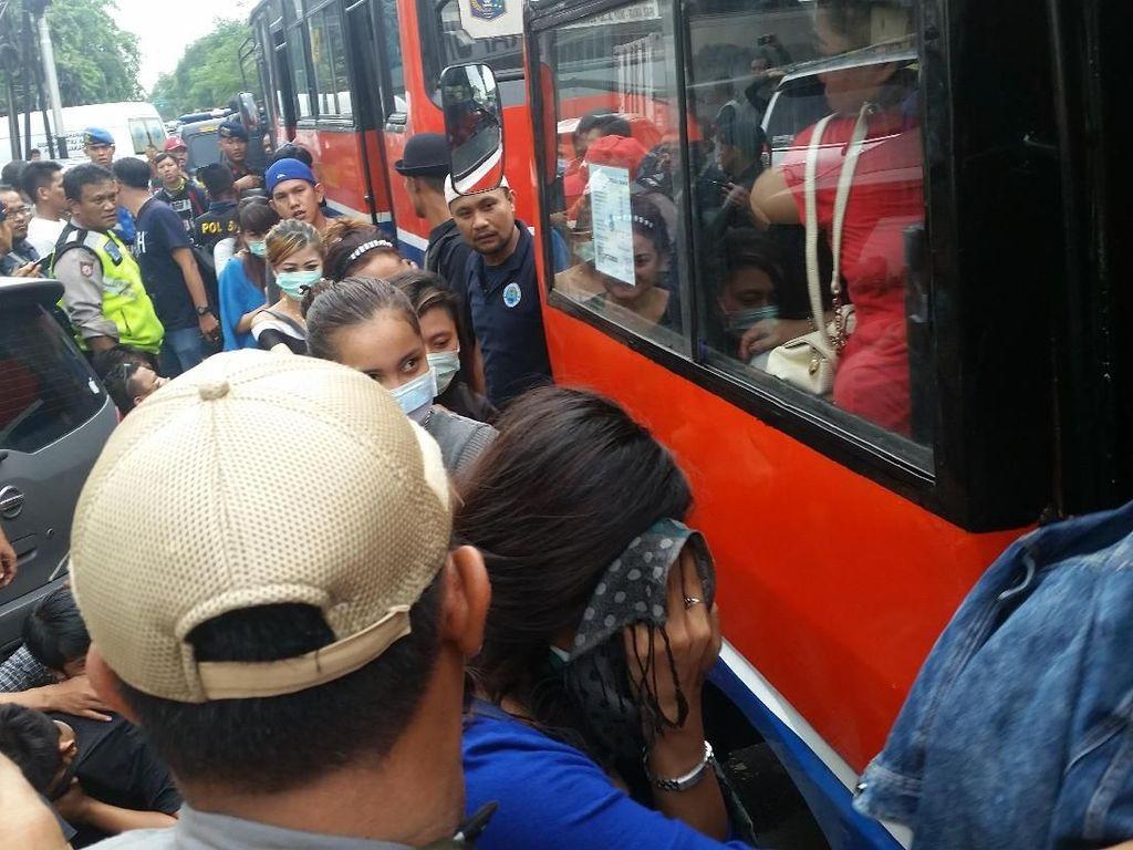 DJ Mita dan Para Pengunjung Diskotek MG Diangkut Pakai Metro Mini