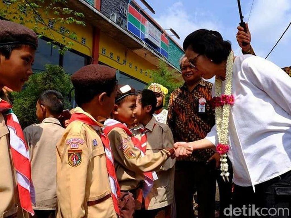 Intip Sri Mulyani Naik Delman Hingga Nyempil di Kerumunan Anak SD