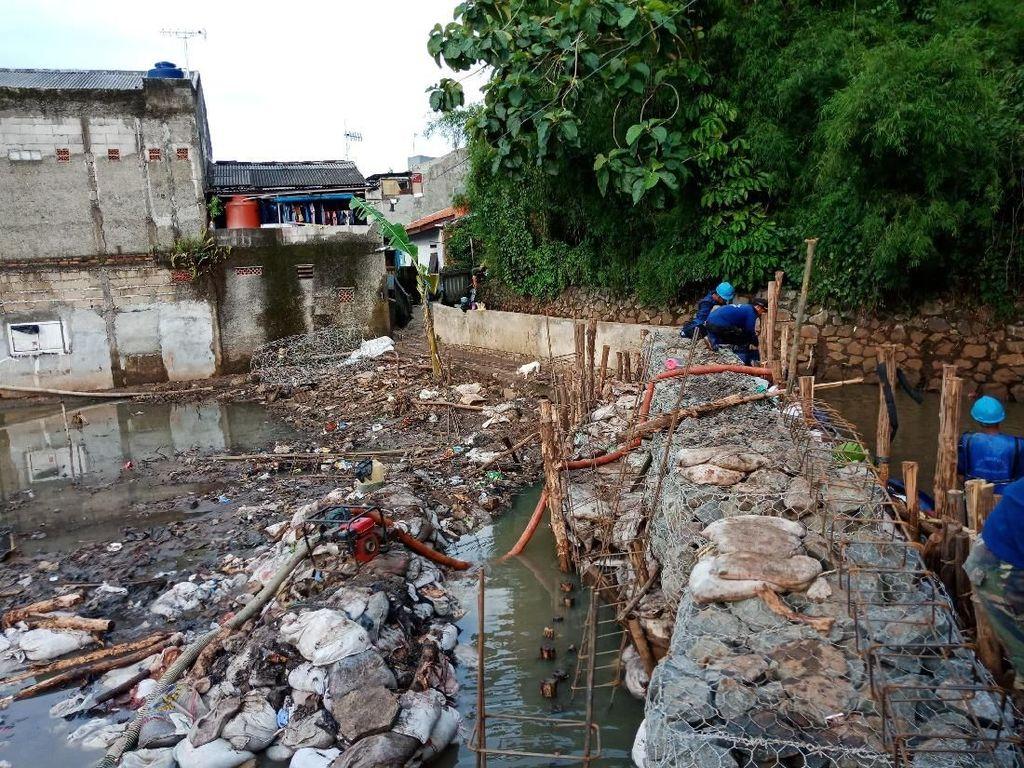 Para petugas tampak bekerja keras untuk memastikan kawasannya tak kebanjiran lagi. Ini sesuai dengan permintaan Gubernur DKI Jakarta Anies Baswedan agar tanggul segera diperbaiki secepatnya.