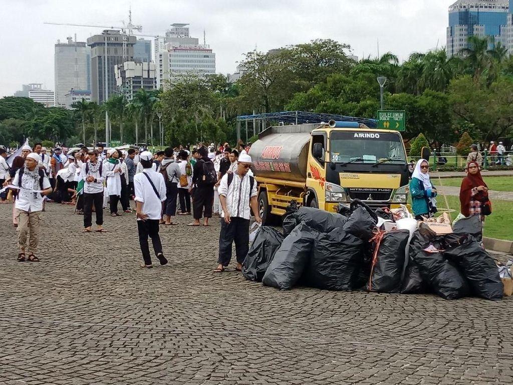 Sejak awal aksi, terlihat sudah ada beberapa kantong sampah yang disiapkan