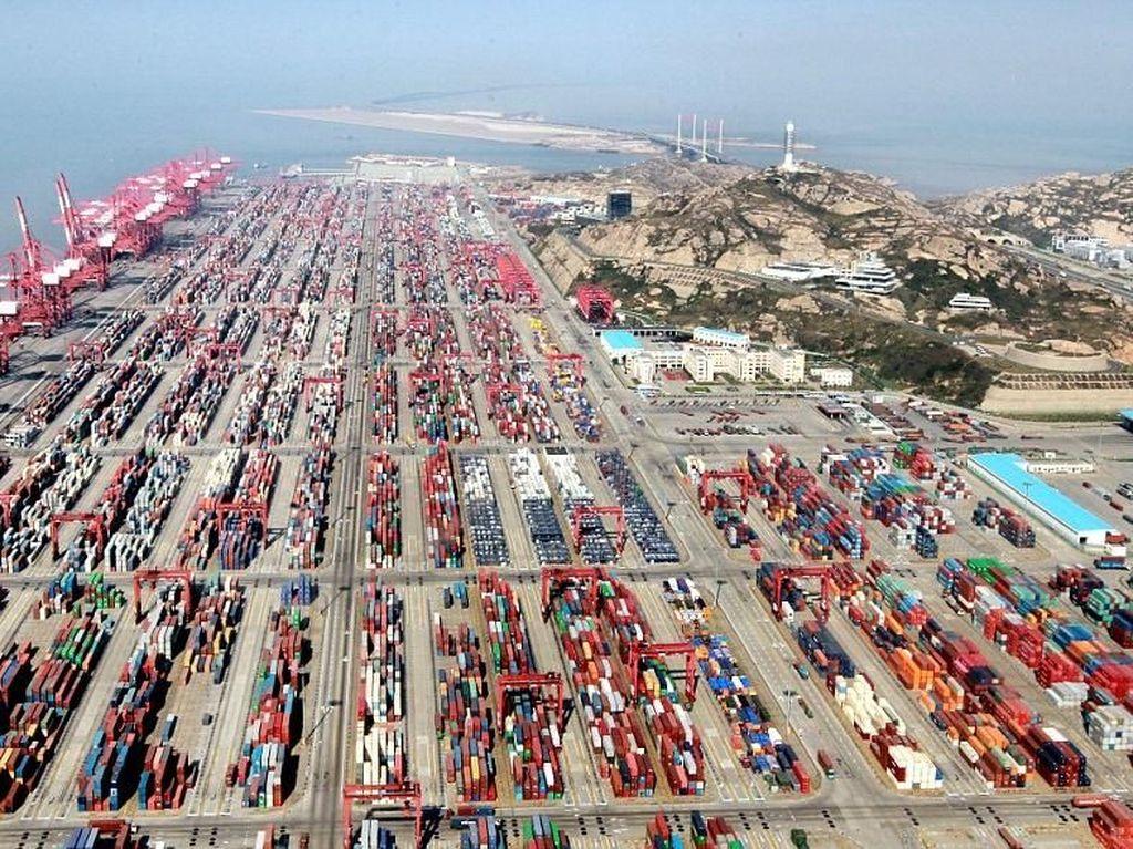 China yang kini perekonomiannya menjadi salah satu acuan memiliki pelabuhan terbesar di dunia. Pelabuhan itu bernama Pelabuhan Shanghai.