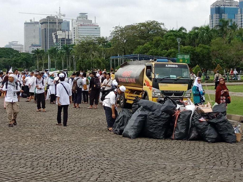 Pembersihan sampah juga dilakukan petugas pengelola Monas/Foto: Kanavino Ahmad Rizqo