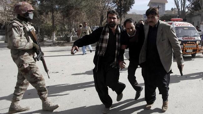 Gereja-gereja di Pakistan dalam keadaan siaga karena kerap diincar ekstremis Islam menjelang Natal. Serangan ini diklaim oleh kelompok teror ISIS, meski tanpa bukti konkret. (REUTERS/Naseer Ahmed)