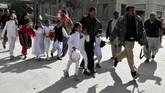 Polisi menyatakan hampir 400 jemaat berada di dalam gereja untuk mengikuti ibadah menyambut hari Natal. Jumlah korban bisa jadi lebih banyak jika para pelaku yang juga membawa senjata api berhasil menembus masuk ke gereja. (REUTERS/Naseer Ahmed)