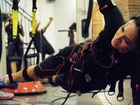 Penyanyi Andien yang gemar olahraga juga melakukan TRX. Di foto ini ia olahraga TRX sambil memakai peralatan yang menstimulasi otot dengan listrik. (Foto: Instagram/andienaisyah)