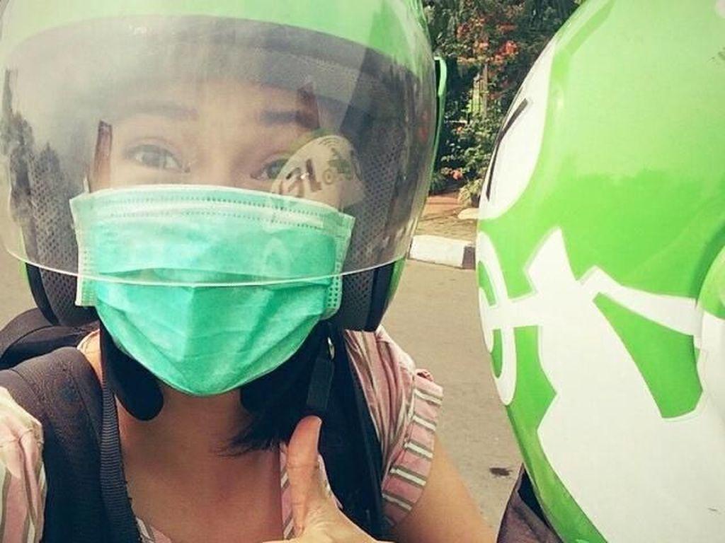 10 Artis Indonesia yang Nggak Gengsi Naik Bajaj Hingga Makan di Kaki Lima