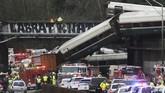Setidaknya tiga orang penumpang tewas danpuluhanlainnya luka-luka ketika kereta api Amtrak yang mencoba rute baru antara Seattle dan Portland tergelincir dekat DuPont, Washington, Amerika Serikat. (REUTERS/Nick Adams)