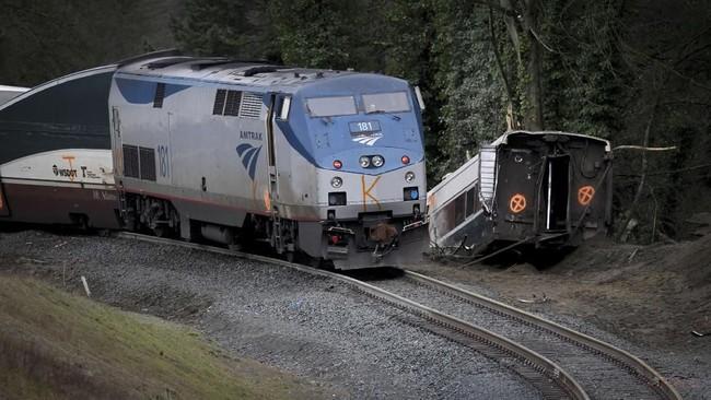 Kereta nahas itu membawa 77 penumpang dan tujuh awak. Beberapa penumpang berhasil menyelamatkan diri dengan mendobrak jendela. (REUTERS/Steve Dipaola)
