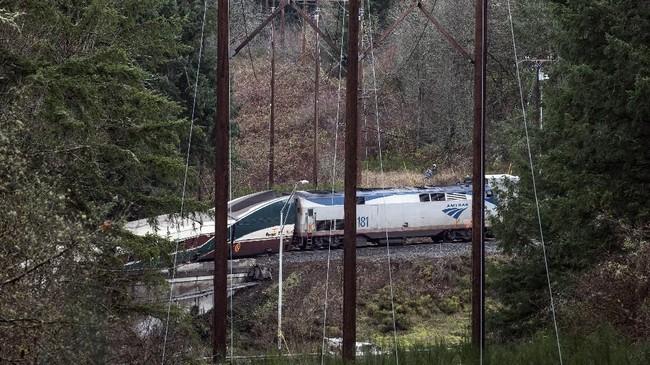 Belum jelas apakah rute baru antara Tacoma dan Olympia yang dicoba oleh kereta api nahas ini menyebabkan kecelakaan. Otoritas setempat menyebut rute itu telah diperiksa dan diuji beberapa pekan sebelum kecelakaan. (AFP Photo/KathrynElsesser)