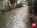 Air Meluap akibat Hujan, Tanggul Kali Sekretaris Jakbar Bocor